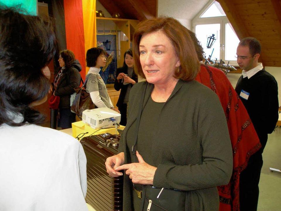 Sharon Taylor nach ihrem Vortrag im Go... Gespräch mit jungen Wissenschaftlern.  | Foto: Barbara Schmidt