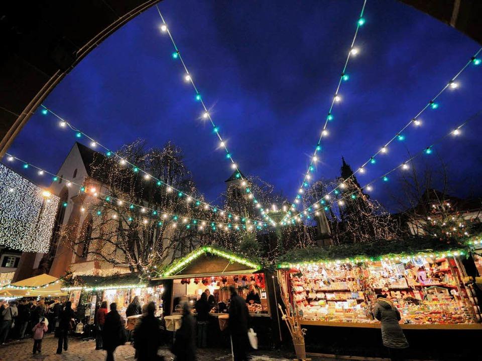 Der Weihnachtsmarkt ist für die linke ...uch als Demonstrationsort interessant.  | Foto: Ingo Schneider