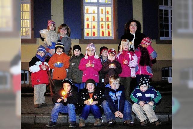 Kinder gestalten das erste Fenster