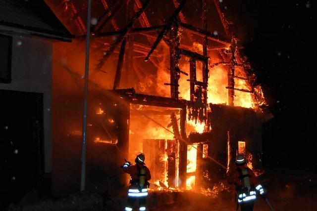 Feuer zerstört ehemaligen Bauernhof