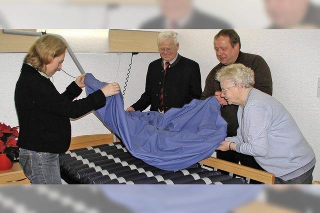 Der Förderverein übergibt drei moderne Betten
