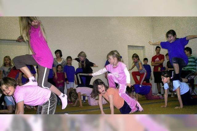 Gewaltige Sprünge und zwei Tänze der Mädchen