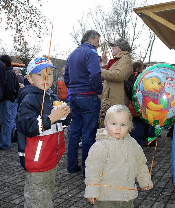 Immer wieder eine Freude haben die jün...es Weihnachtsmarktes  an den Ballons.     Foto: awi