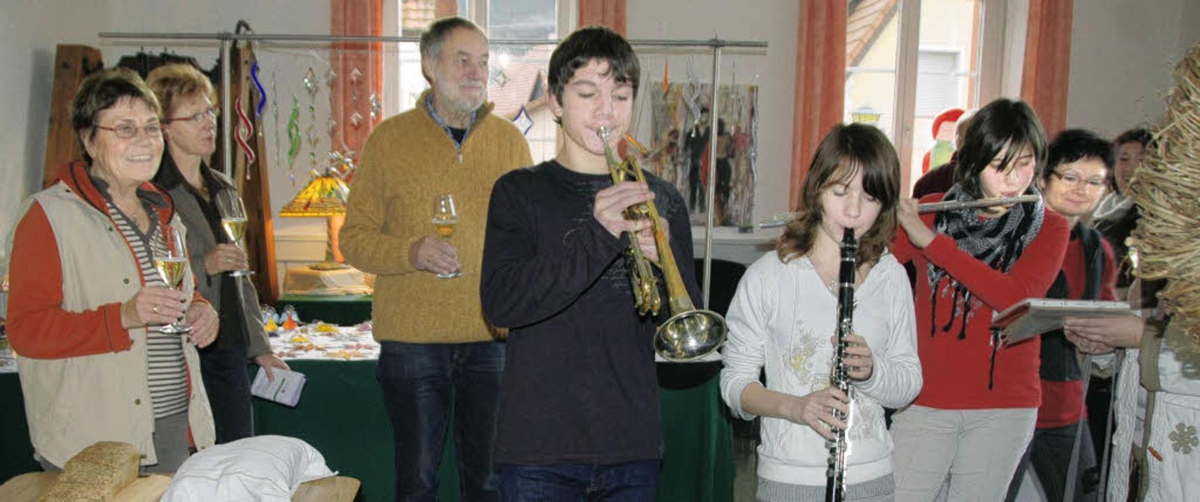 Jochen Burkhard (Trompete), Larissa Hü...e) sorgten für musikalische Umrahmung.  | Foto: Vitt