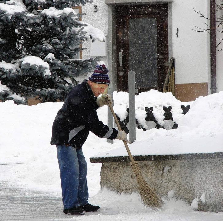 Auf ihren gut funktionierenden Winterd...emeinde, Lothar Engesser, beim Räumen.  | Foto: Christa Maier