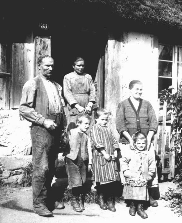 Eine verarmte Weberfamilie in Bergalingen. Das Foto entstand um das Jahr  1930.   | Foto: Stadtarchiv Bad Säckingen