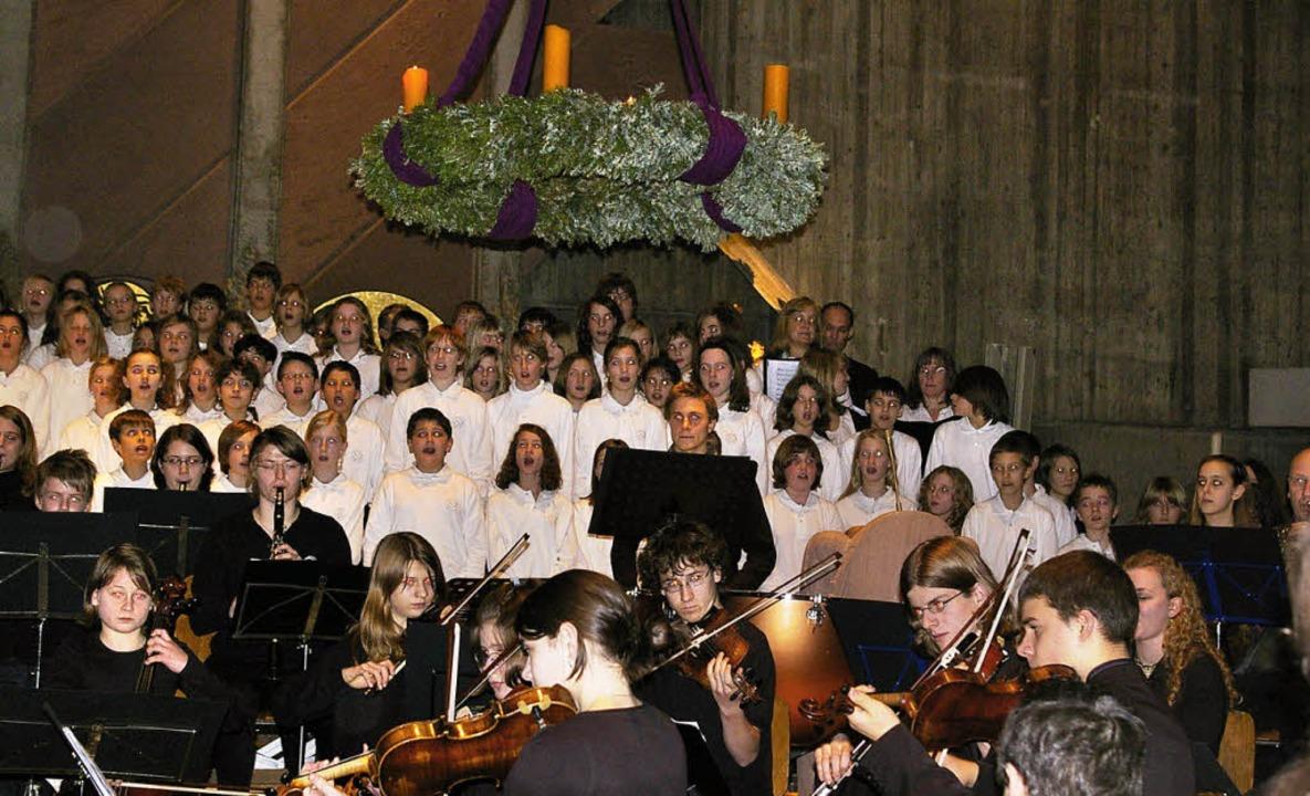 """Die Synergie aus Schulorchester, Chor ...2;Hark! The Herald Angels Sing.""""    Foto: priv"""