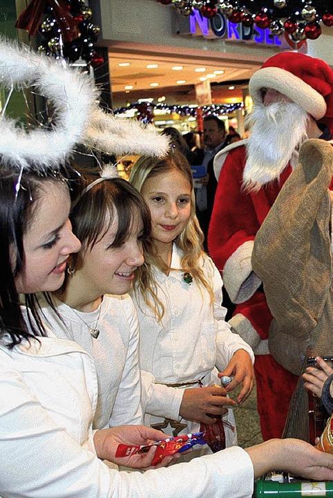 Der Nikolaus und seine Begleiterinnen ... Rheincenter Präsente an die Kinder.      Foto: Privat