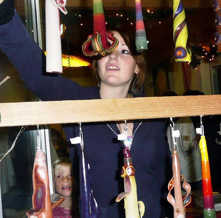 Sehr  beliebt: Kerzen selbst ziehen un... Jung und Alt im Spielhaus Nollingen.   | Foto: Danielle Hirschberger