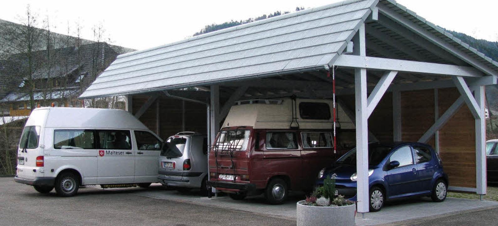 Ein Carport schützt  jetzt die beiden ...Kleinbusse der Münstertäler Malteser.   | Foto: Manfred Lange