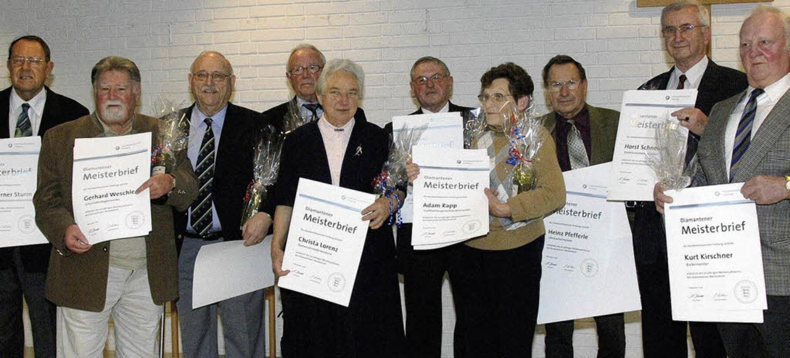 Nach 50 aktiven Berufsjahren als Handw...amantenen Meisterbrief ausgezeichnet.   | Foto: volker münch