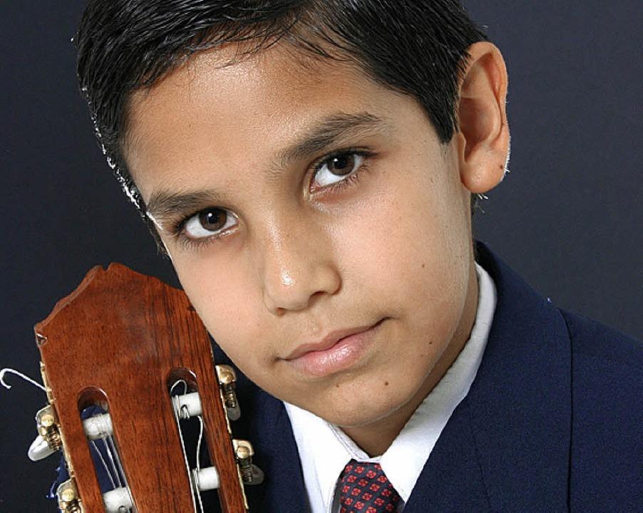 Der 13-jährige Gitarrist Julia Cesar Cristaldo aus Paraguay   | Foto: PRO