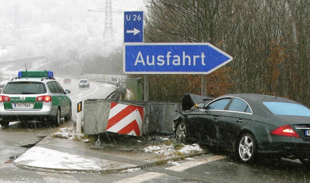 Mit voller Wucht prallte das Auto gegen den Aufprallschutz.   | Foto: BZ