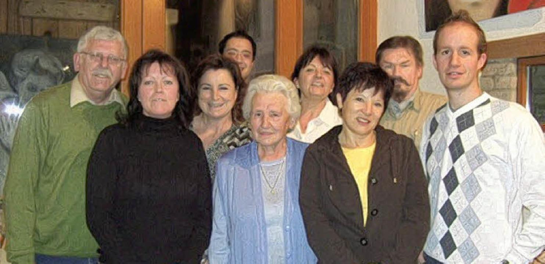 Der Vorstand des TV Hartheim mit Edgar...ola Wünsch geehrt (vorne, von links).   | Foto: BZ
