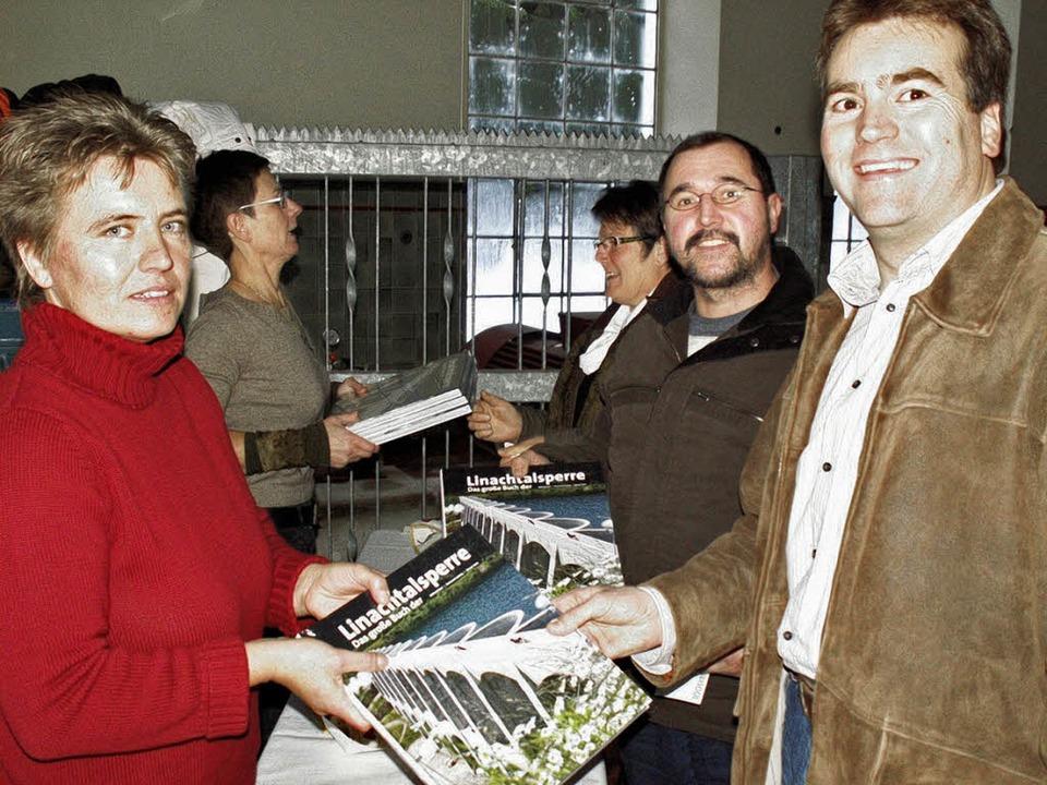 Die ersten Ausgaben vom neuen Buch übe...leich bei der Präsentation gekauft.     | Foto: Praxedis Dorer