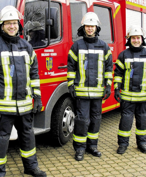 Matthias Hauser (von links), Marek Pil...tweil zeigen die neue Schutzkleidung.   | Foto: Feuerwehr