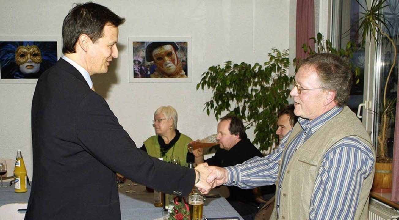 Geschäftsführer Jürgen Rotzler dankt H...s Abschiedsgeschenk von den Kollegen.   | Foto: Privat