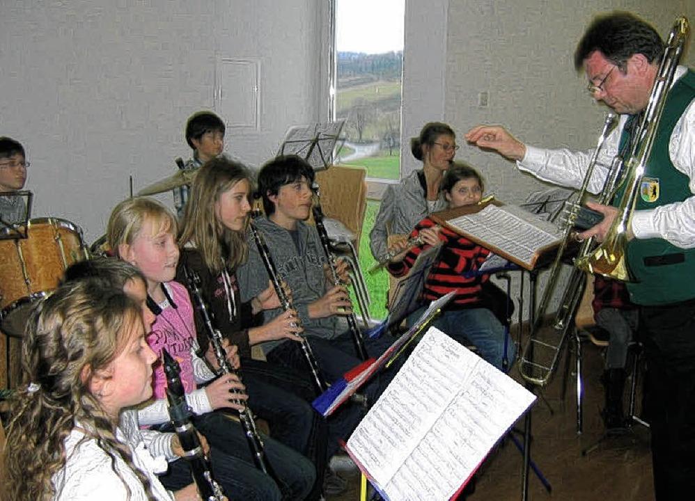 Dirigent Hans-Jürgen Groß unterstützt ...ihrem ersten öffentlichen Auftritt  .   | Foto: Otto Selb