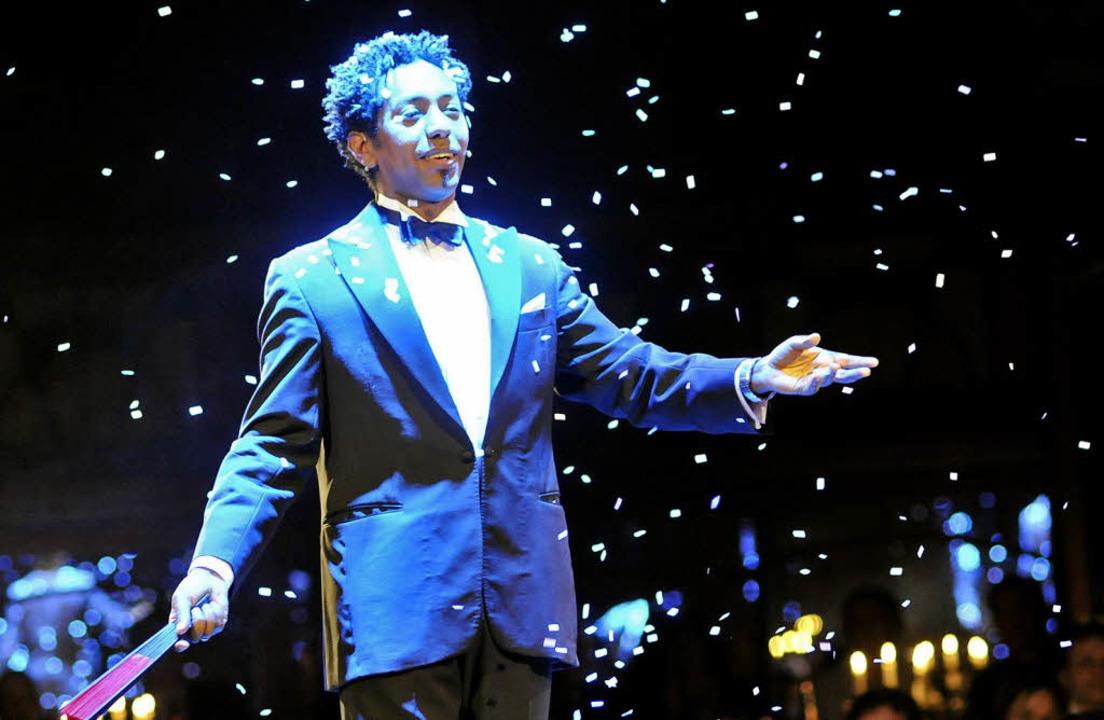 Schnee im Spiegelzelt: Der Entertainer...einsberg zaubert winterliche Stimmung.  | Foto: ingo schneider