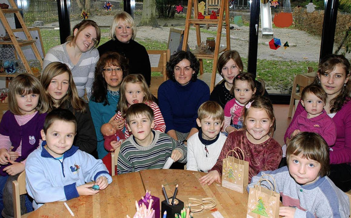 Die Kinder mit Projektleiterin Claudia...nia Rodas de Wagner  (links neben ihr)  | Foto: Gertrude Siefke