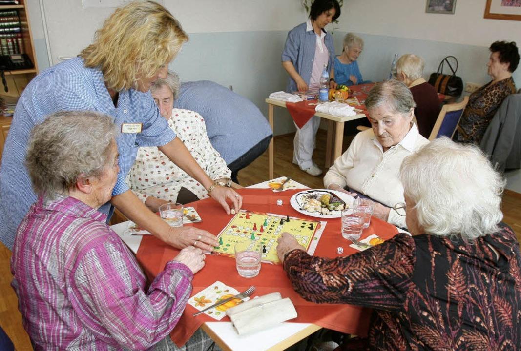 Auch alte Menschen, die nicht im Heim ...l ein neues Angebot vor Ort schaffen.     Foto: dpa