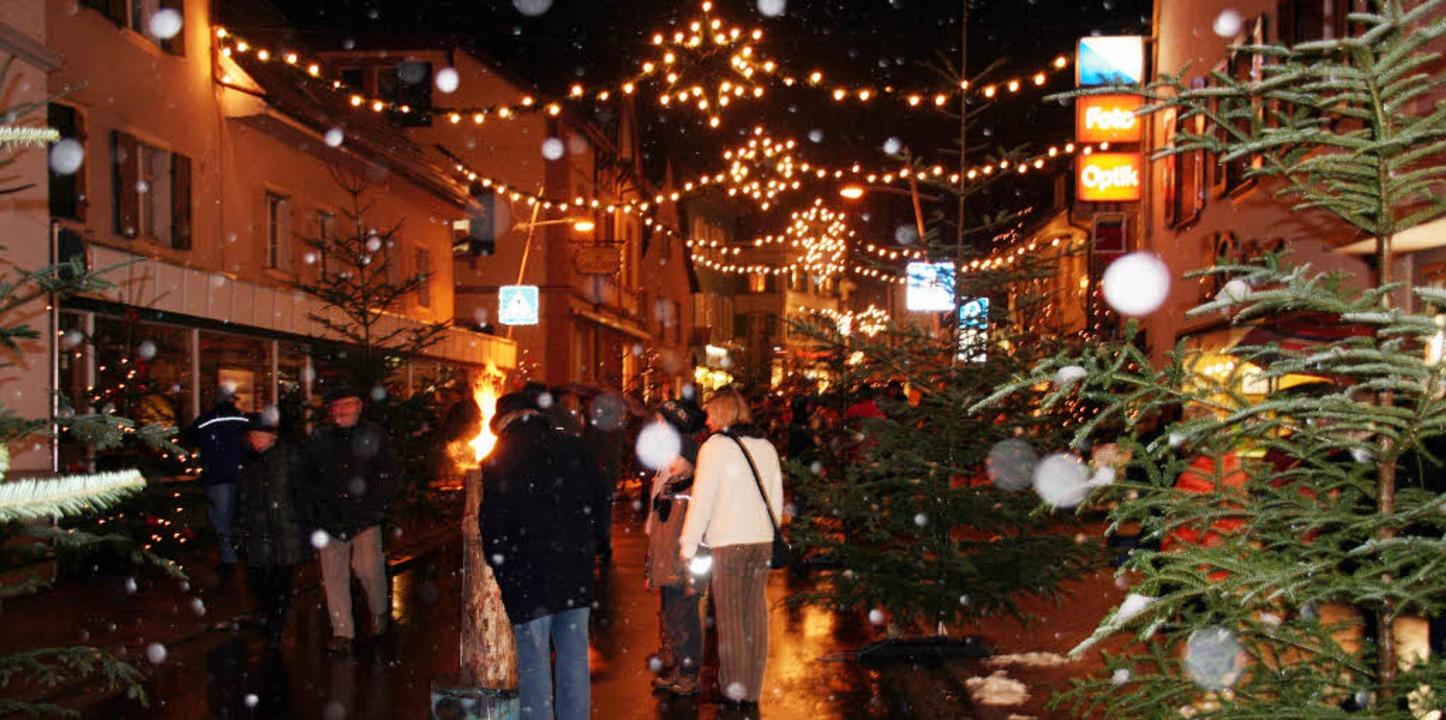 Flanieren im weihnachtlichen Kandern &... das wollten  gestern viele Besucher.   | Foto: Raab