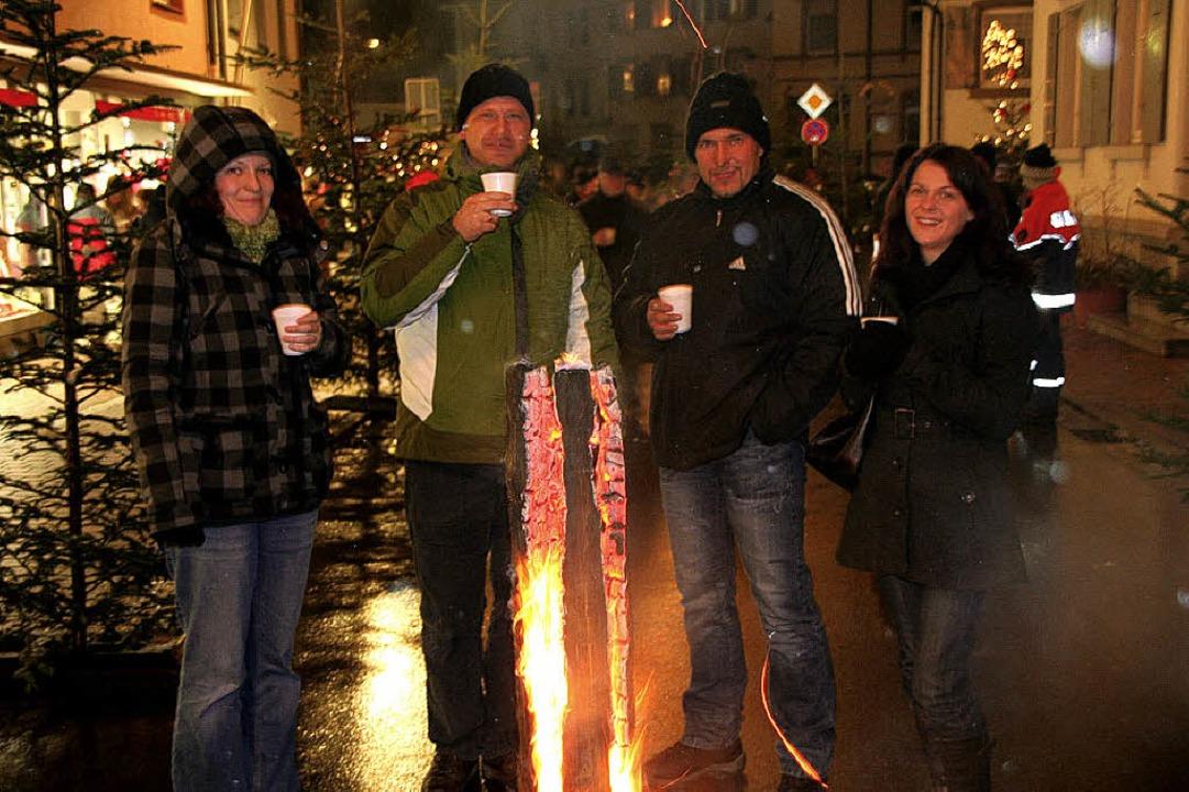 Bei der winterlichen Kälte tat  der Glühwein den Gästen besonders gut.  | Foto: Michael Raab