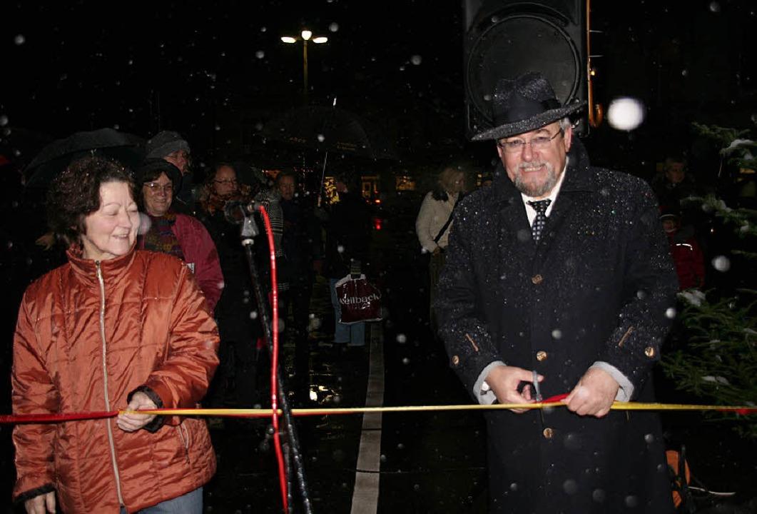 Irmgard Brombacher und Bürgermeister B...eten die Weihnachtsstraße gut gelaunt.  | Foto: Michael Raab