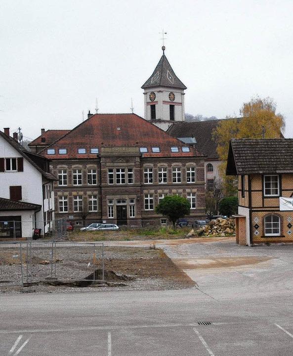 Zwischen dem ehemaligen Verwaltungsgeb...ntstehen Wohn- und Geschäftshäuser.     | Foto: Senf