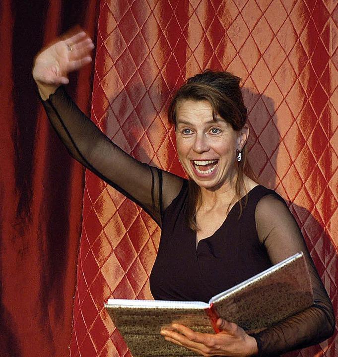 Schauspielerin Petra Gack  beim Erzählen und Singen russischer Märchen  | Foto: Jutta Blank