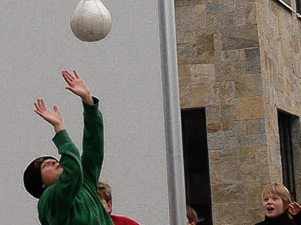 Ausruhen in der Pause? Von wegen! Die Schönauer Gymnasiasten spielen Spiribol.     Foto: Karin Maier