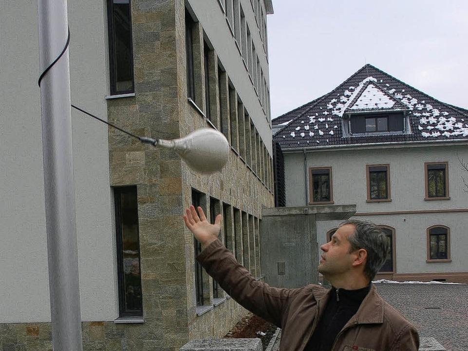 Sport- und Mathelehrer Ingo Bretz zeigt, wie's geht.    Foto: Karin Maier
