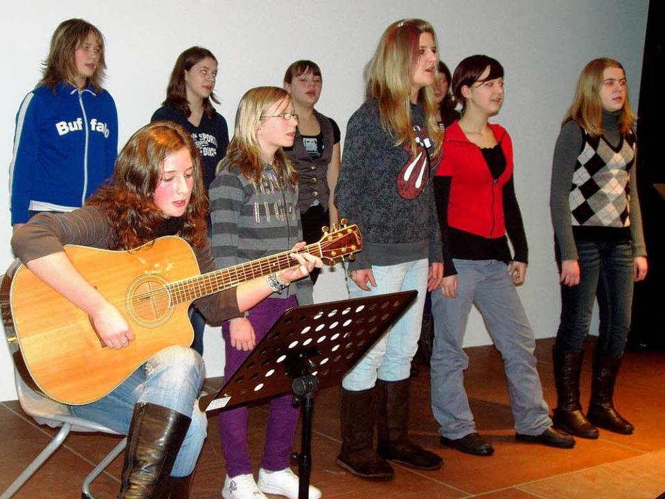 Die Let's fetz Teens, begleitet vo...Gitarre, sangen stimmungsvolle Lieder.    Foto: Martha Weishaar