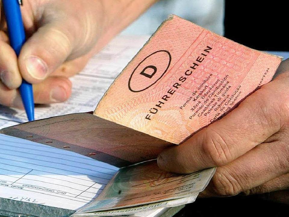 Sechs Monate Führerscheinentzug verhän...richt Freiburg gegen einen Autofahrer.  | Foto: DPA