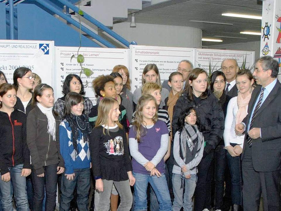Schulpräsident Siegfried Specker (rechts) im Gespräch mit Teninger Schülern.    Foto: Markus Zimmermann-Dürkop