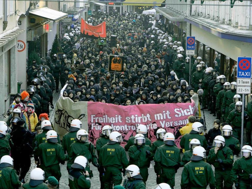 Die Polizei geleitete den Demonstrationszug durch die Freiburger Innenstadt.    Foto: Rita Eggstein