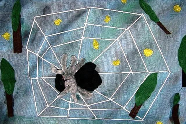 Die Filz-Spinne im Draht-Netz