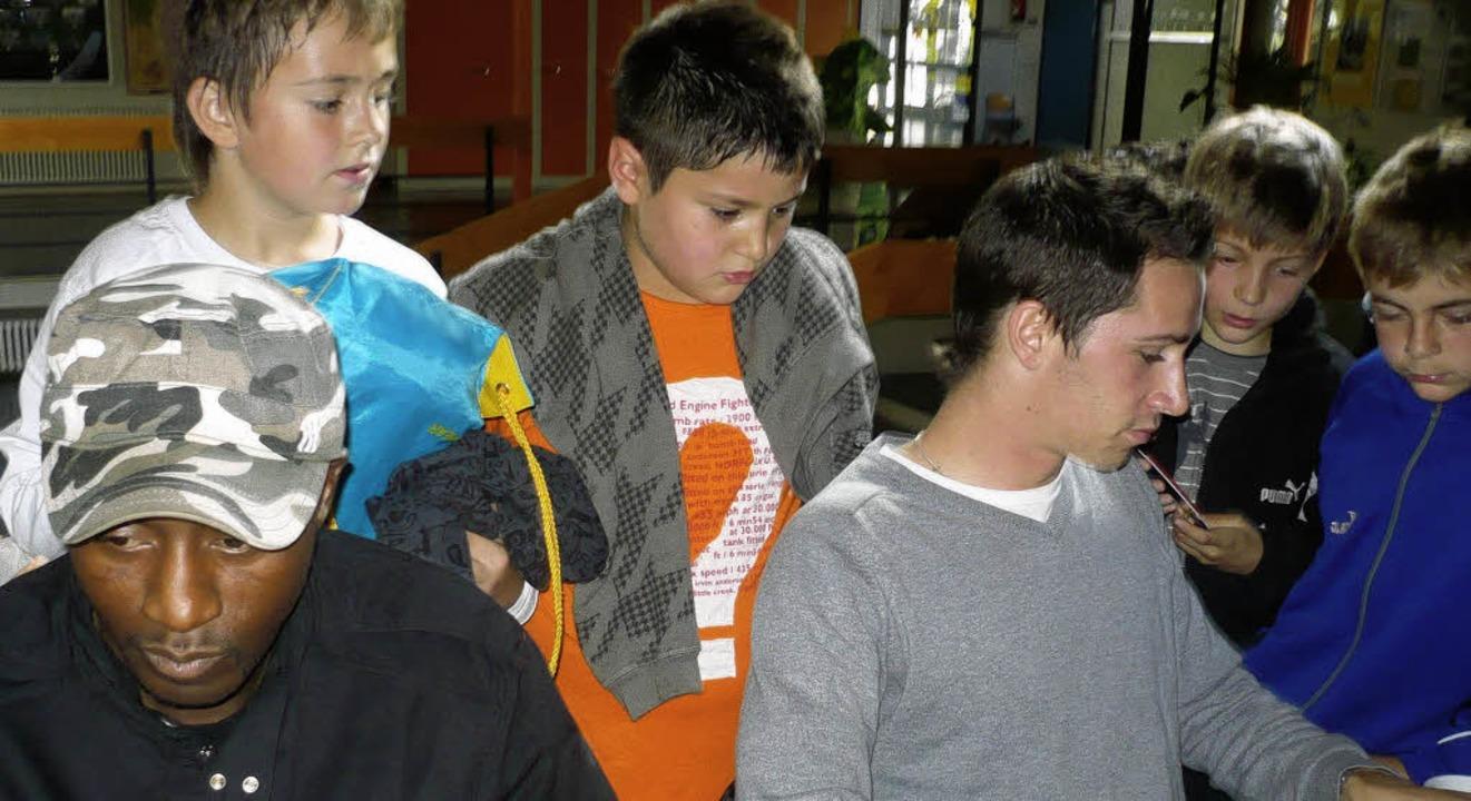 Autogrammjäger: Vor allem die Jungs de...Ibrahim Tanko (links) und Felix Roth.   | Foto: Privat