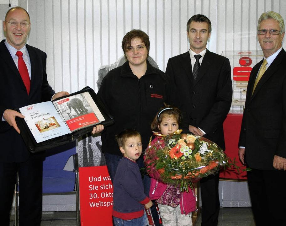 Freude über den Hauptpreis (von links)...e Marktbereichsleiter Eberhard Hummel.  | Foto: Christiane Seifried