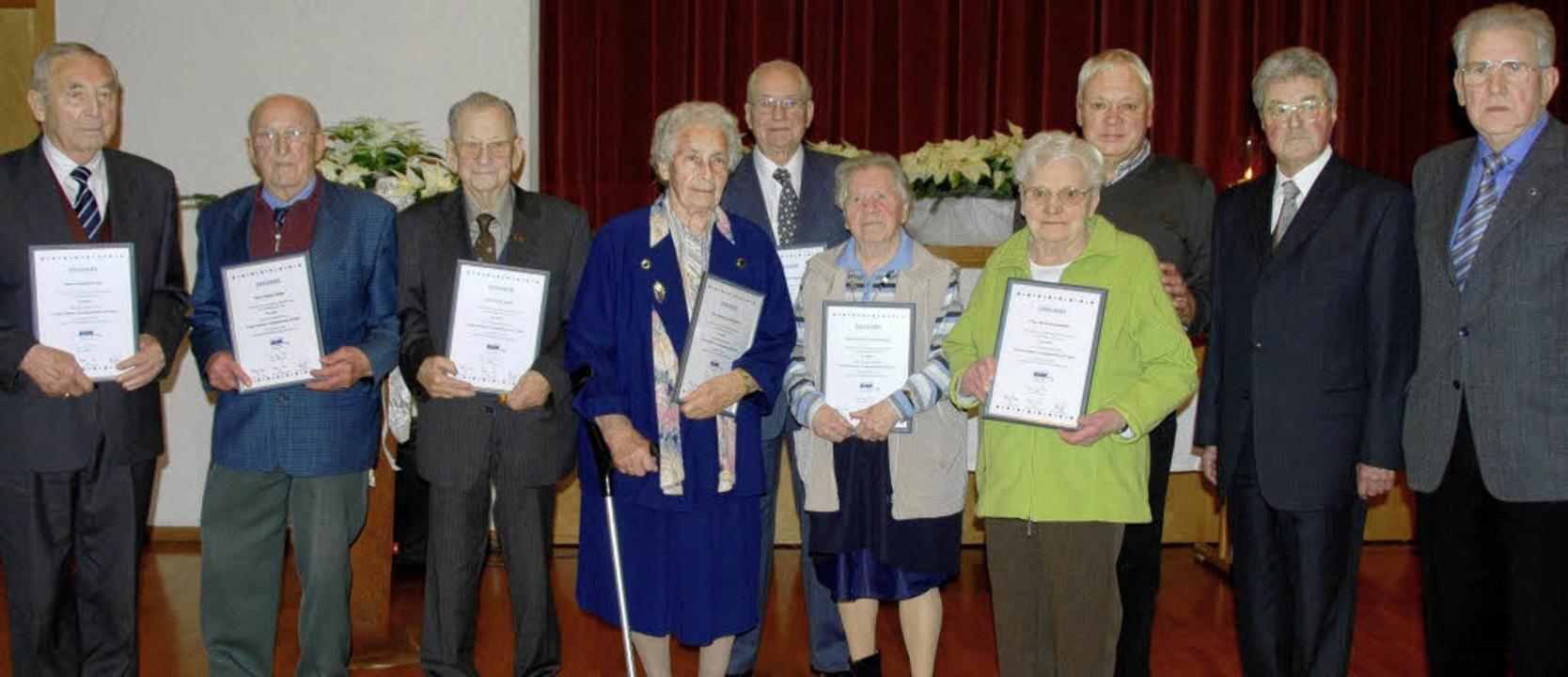 Ehrungen langjähriger Mitglieder nahme... Geburtstag des VdK-Ortsverbands vor.     Foto: Roland Vitt