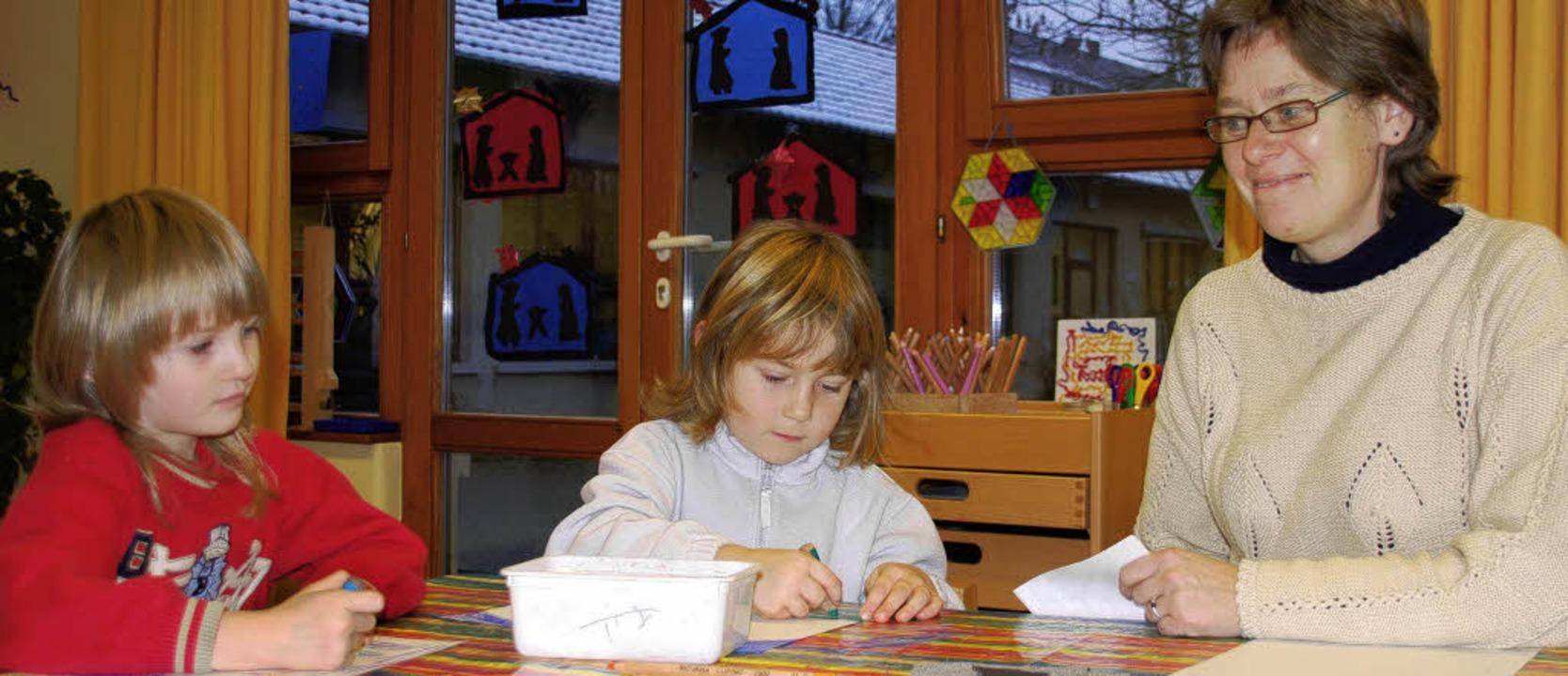 Kindergartenleiterin Elisabeth Bohn mit zwei ihrer Schützlinge    | Foto: Heike Loesener