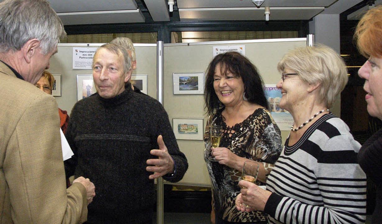 Angeregte Gespräche beim Apéro:  OB Ni...er und Loni Eichmann im Rathaus-Foyer     Foto: ralf Staub