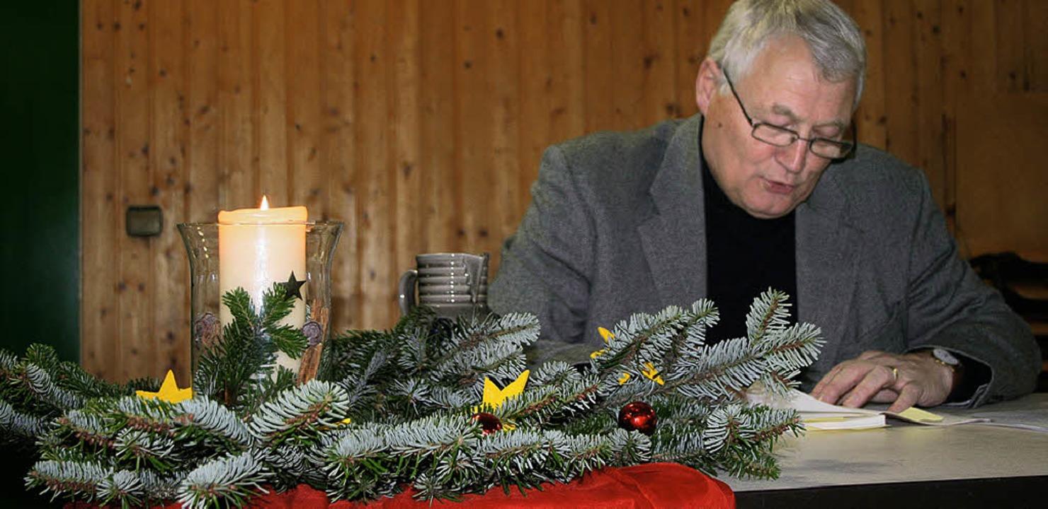Hansjörg Rupps Lesung passte gut zur Vorweihnachtszeit.   | Foto: Cremer