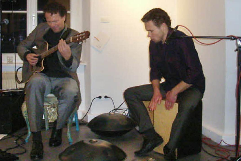 Hang und Gitarre: Tilo Wachter (rechts...Hang und Gernot Rödder an der Gitarre   | Foto: Johanna Högg
