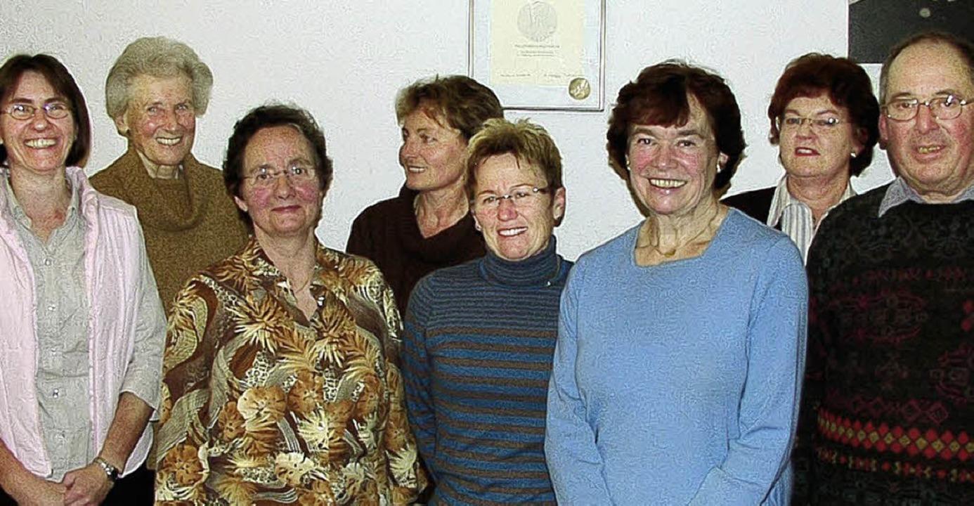 Der alte und neue Vorstand der KFD (vo...abriele Renner und Pfarrer Karl Leib    | Foto: Lins