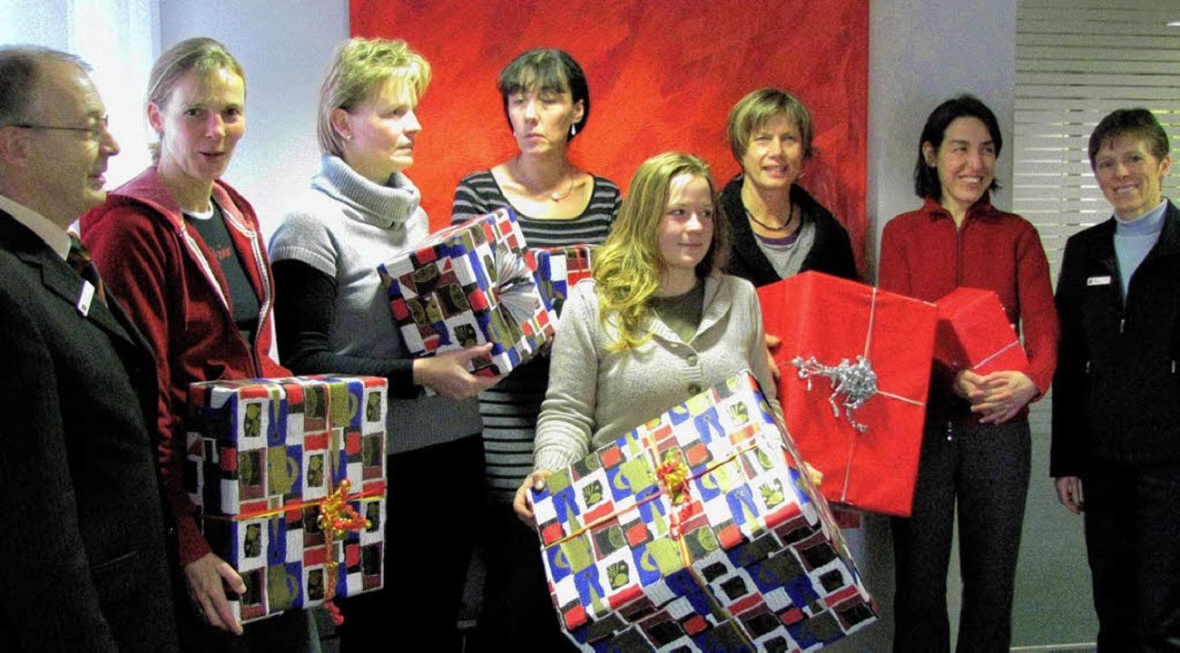 Über Weihnachtsgeschenke für ihre Kind...r (links) und Maria Dematio (rechts).   | Foto: Monika Rombach