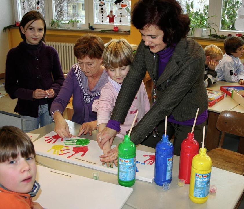 <Bildtext>Regina Götz hilft den Kinder...ie Sponsoren herzustellen.</Bildtext>     Foto: reinhard cremer