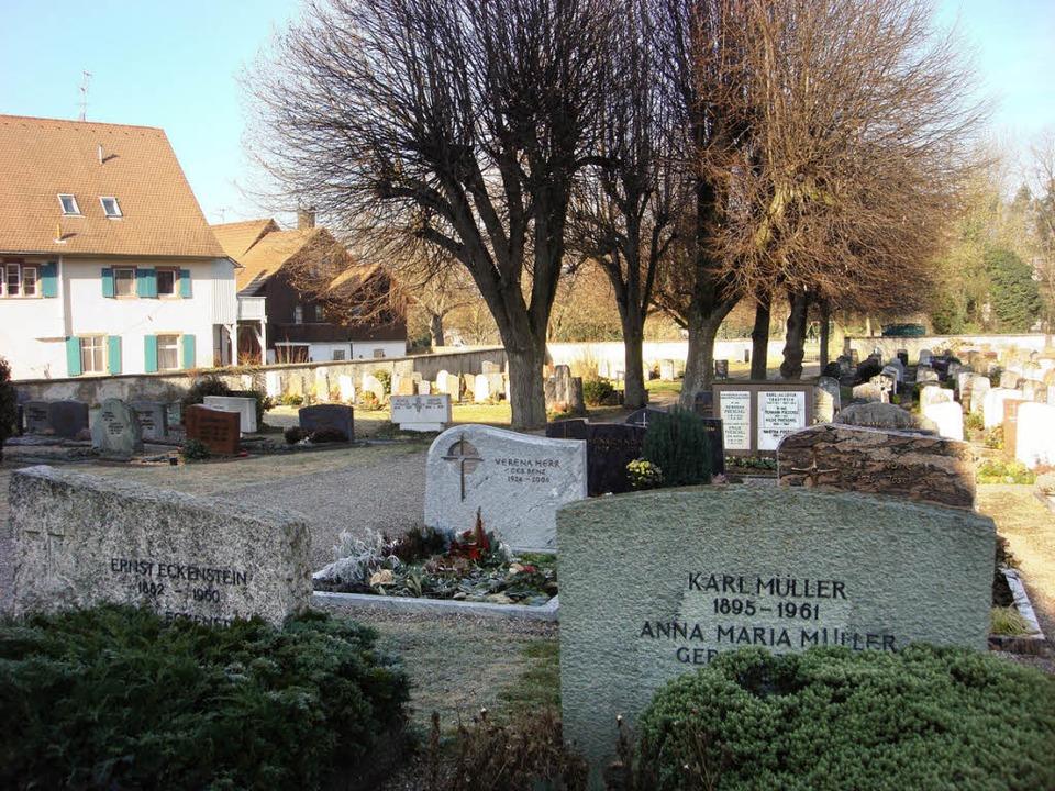 Für die Überlassung von Gräbern für 25...ab) verlangt die Gemeinde  nun  mehr.   | Foto: Langelott