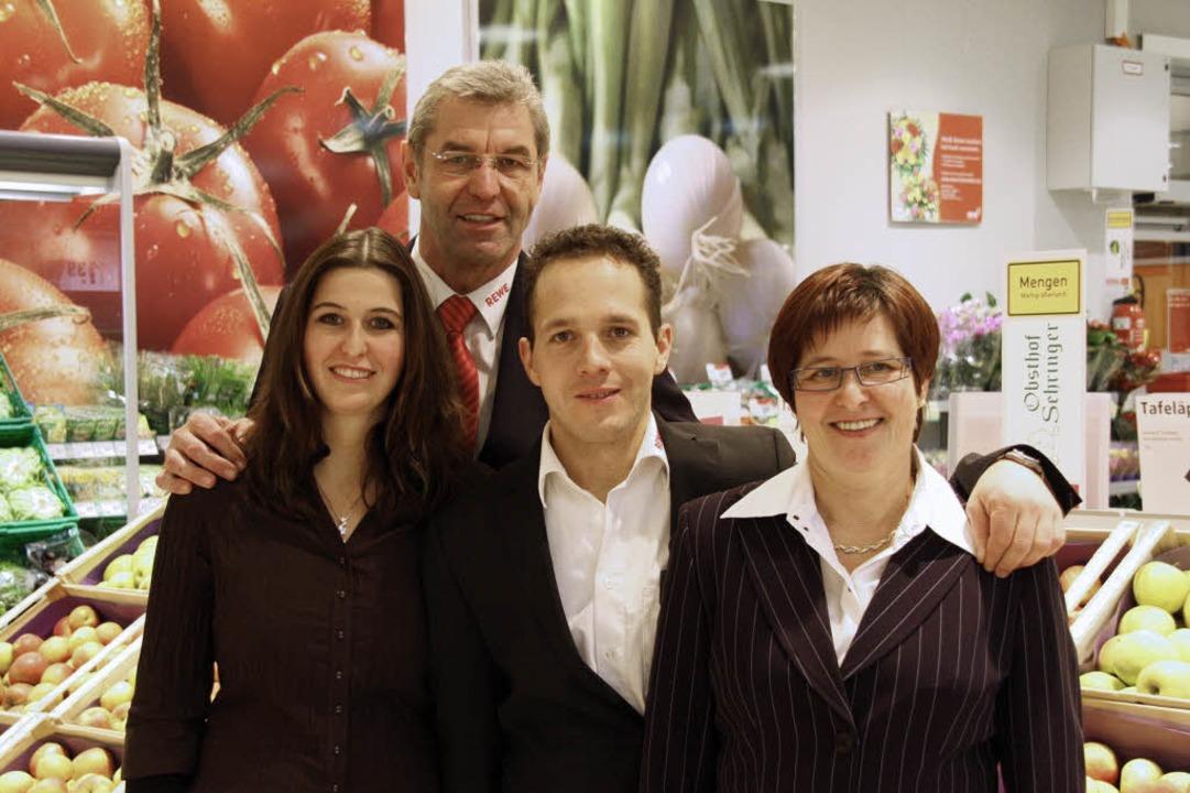 Stephanie, Dieter, Mike und Erika Schn...des neuen Rewe-Marktes in Schallstadt     Foto: Faller