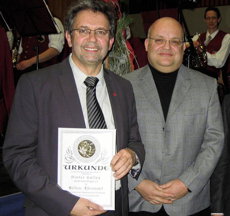 Dieter Galley (links)  bekam von Marti...eutscher Blasmusikverbände überreicht.    Foto: Ingeborg Grziwa